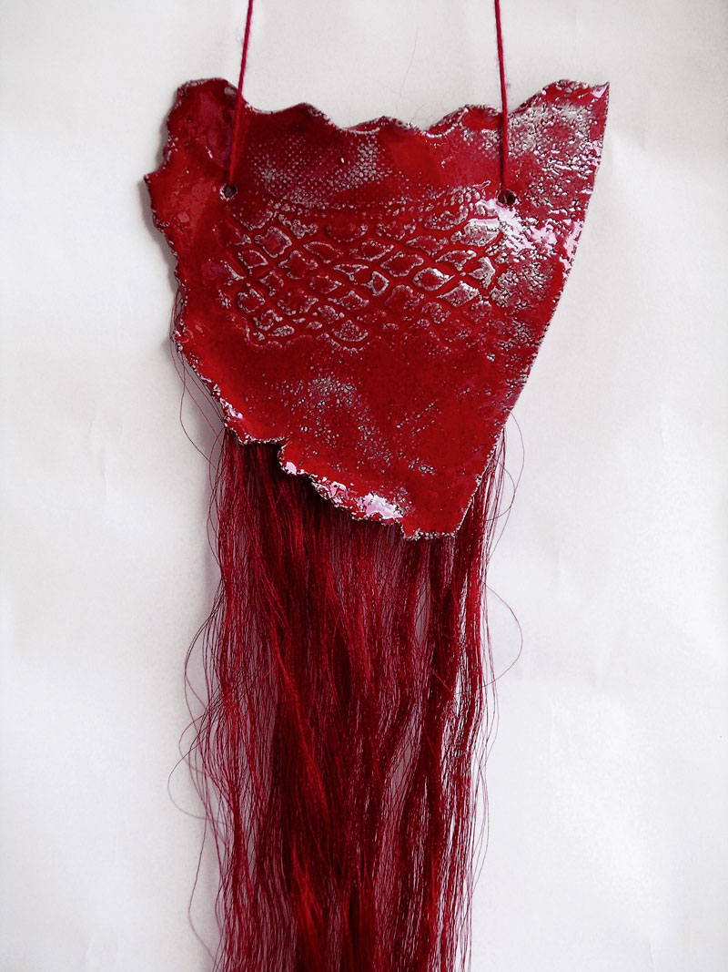 Une demoiselle rouge